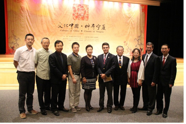 中國駐紐約總領事館副總領事張美芳(左五)、領事王軍(右一)、及寧夏僑務處長赫小練(左一)等合照。(記者張瓊月/攝影)