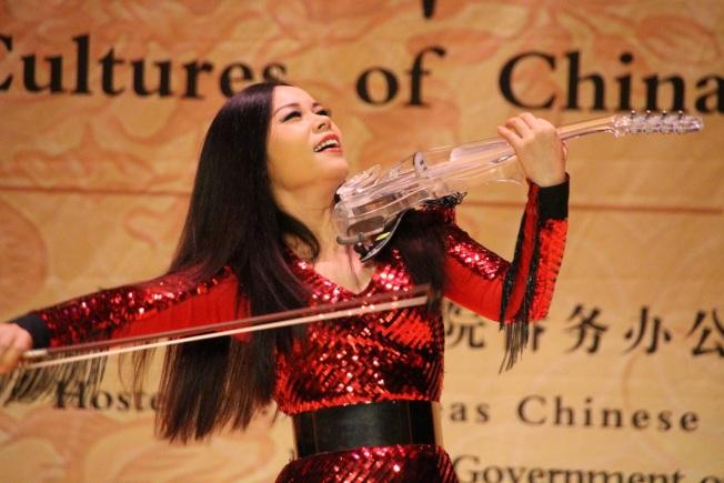 郭蓉高唱長江之歌,並演奏小提琴。(記者張瓊月/攝影)