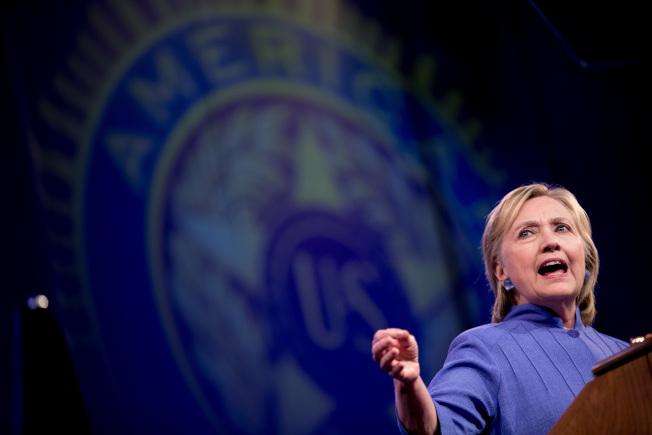民主黨總統候選人喜萊莉31日在辛辛那提市出席「美國退伍軍人協會」年會上,重批川普見墨西哥總統潘尼亞尼托,是徒勞無功,得不到西語裔的支持。(美聯社)