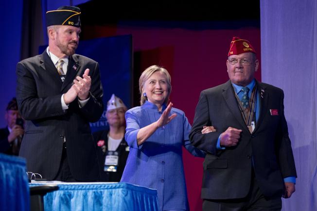 民主黨總統候選人喜萊莉31日在辛辛那提市出席「美國退伍軍人協會」年會。(路透)