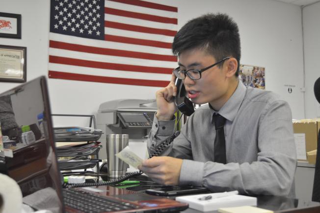 金兌錫辦公室實習生周志輝認為,從政人員要有決斷力。(記者俞姝含/攝影)