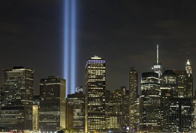 紐約世貿中心10日夜裡投射兩道光束,以悼念911事件的罹難者。 (美聯社)