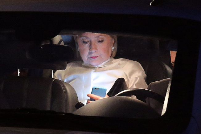 喜萊莉17日在華府住處前往國會非裔議員聯盟基金會餐會的途中,查閱她的手機。(路透)