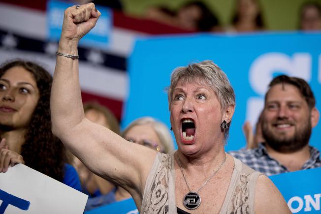 喜萊莉的支持者高分貝喊出心聲。(美聯社)