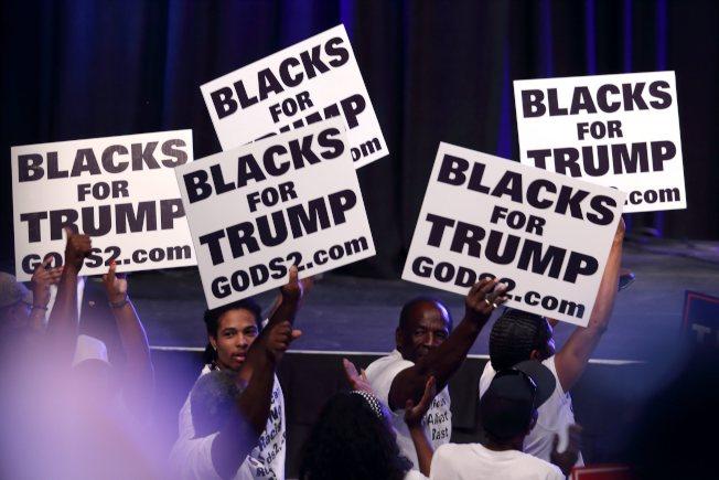 民調顯示,過去一周已有更多非裔選民轉向支持川普。圖為16日佛州川普競選活動上的非裔支持者。(歐新社)