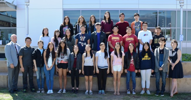 亞凱迪亞高中27名學生入圍2017國家績優獎半決賽,校長Forsee(左一)祝賀同學們取得好成績。(圖:亞凱迪亞學區提供)