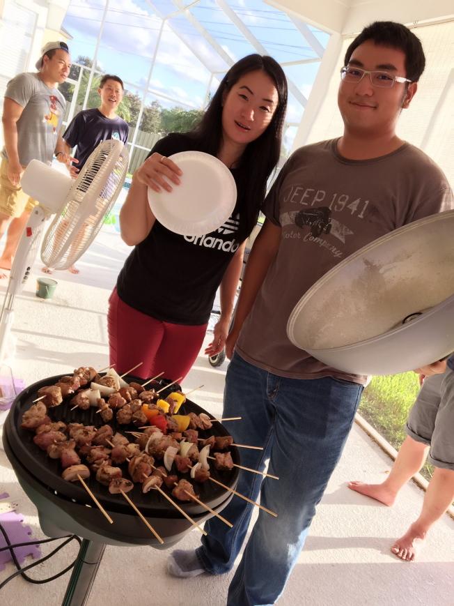 中佛羅里達大學台灣學生會舉行中秋烤肉聚會,大奧蘭多台商會青商會長詹理慈(左一)亦參予籌辦。(侯書逸提供)