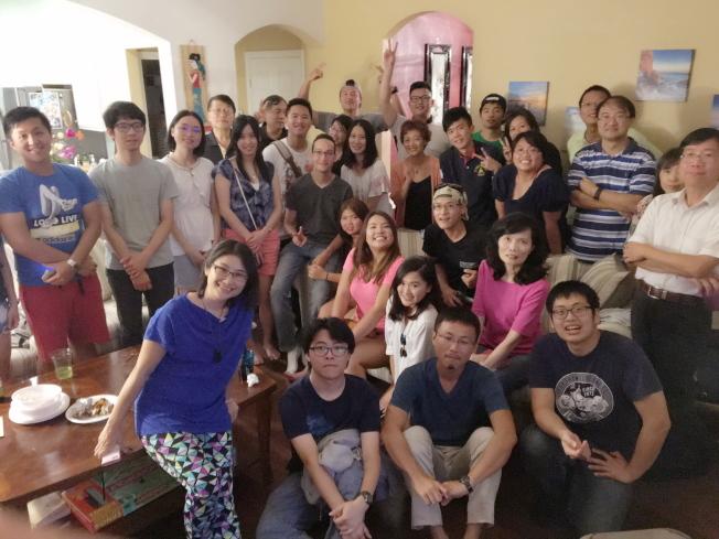 中佛羅里達大學台灣學生會在該會輔導教授侯書逸(前左一)住宅舉行中秋烤肉聚會,部分與會者合影。(侯書逸提供)