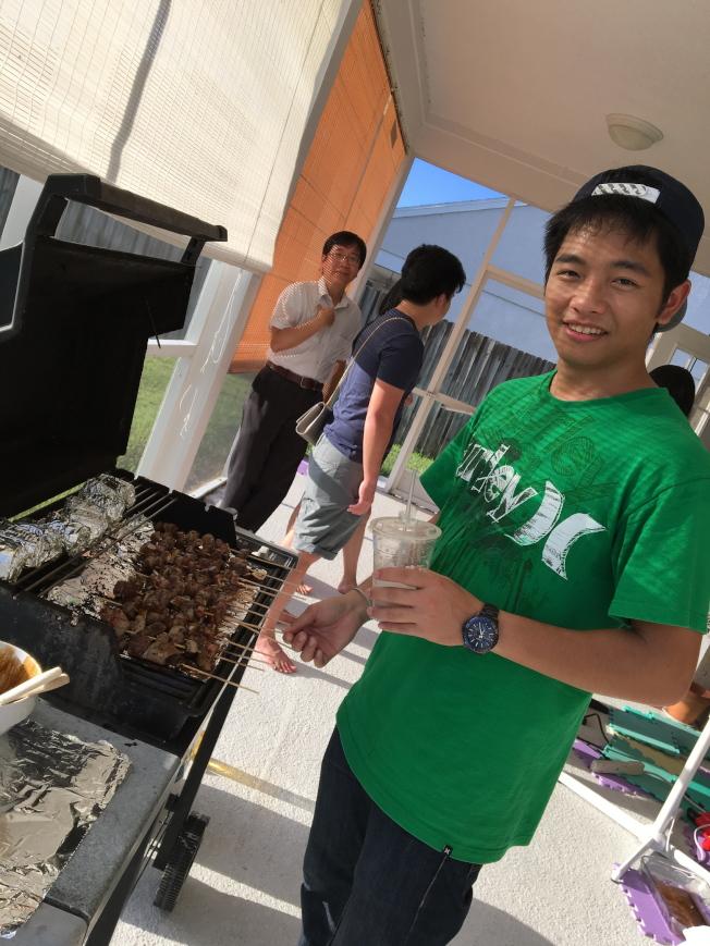 中佛羅里達大學台灣學生會舉行中秋烤肉聚會,義工負責燒烤。(侯書逸提供)