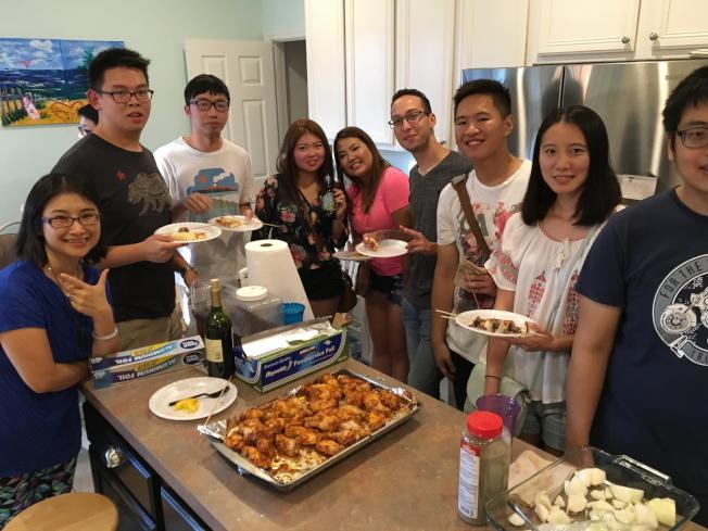 中佛羅里達大學台灣學生會舉行中秋烤肉聚會,部分與會者合影。左一為該會輔導教授侯書逸。(侯書逸提供)