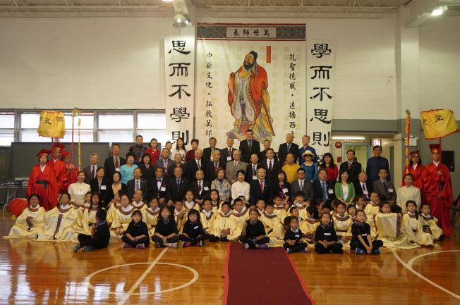 第11屆祭孔大典,籌備委員與參與祭典學生合影。(記者許雅鈞/攝影)