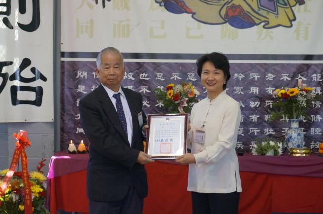徐儷文(右)代表僑務委員長頒發獎狀予黃炯常。(記者許雅鈞/攝影)