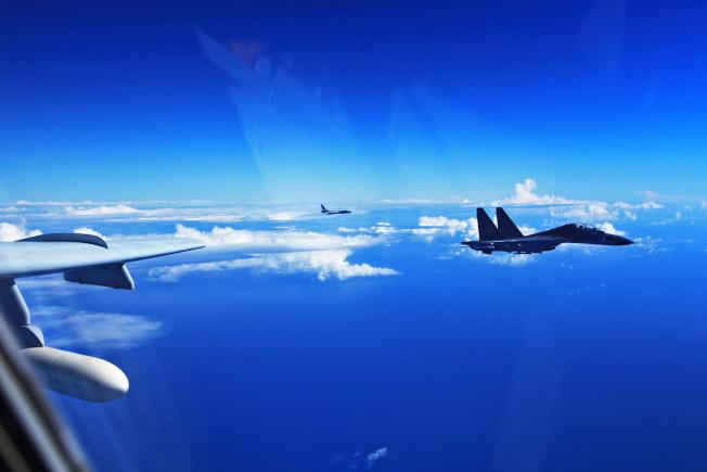 解放軍空軍25日出動40多架各型戰機,赴西太平洋遠海訓練,多型戰機成體系飛越宮古海峽,檢驗遠海實戰能力。圖為轟-6K、蘇愷-30(Su-30)戰機參加訓練。(中新社)