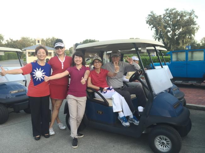 參加球賽的球員及來賓合影。左起:莊杏珠、嚴培達、蕭蓓如、詹翠華和劉正民。(記者陳文迪/攝影)