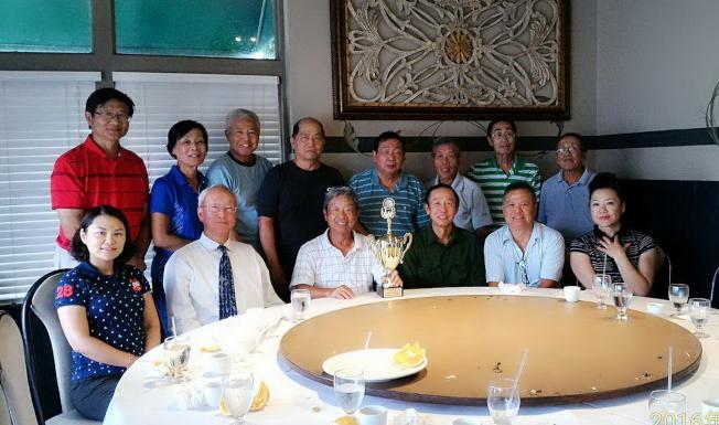 參加國慶杯高爾夫球賽部分奧蘭多球員合影,前左三為冠軍何榮作,左一開球最直獎李樂,右一為第五名嚴培達,後左三為第三名黃崇福。(記者陳文迪/攝影)