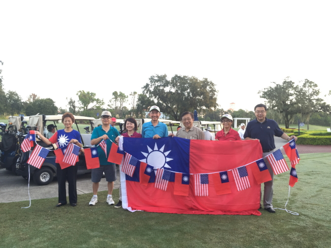 慶祝中華民國2016年雙十國慶杯高爾夫球賽,莊杏珠(左起)、周南凱、蕭蓓如、王成章、高健智、詹翠華及蔡政昌合影。(記者陳文迪/攝影)