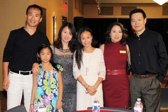 董事袁琳(右二)夫婦與來賓合影。