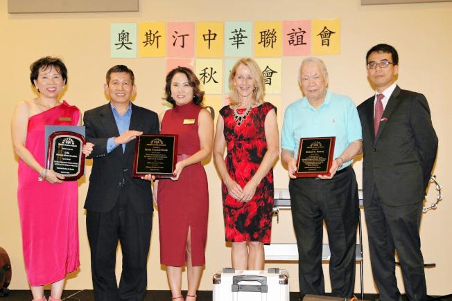 奧斯汀市議員Gallo(右三)、駐休士頓台北經文處副處長林映佐(右一)頒獎給李莉(左一)、袁琳(左三)等。