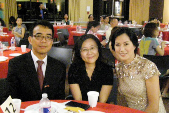 新任會長周美青(右)與林映佐夫婦合影。