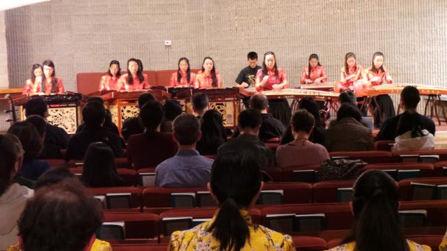 「絲竹春吟」青少年中國器樂音樂會,李平老師指導的舉生以揚琴和古箏演奏「月光邊境」。(記者唐嘉麗/攝影)