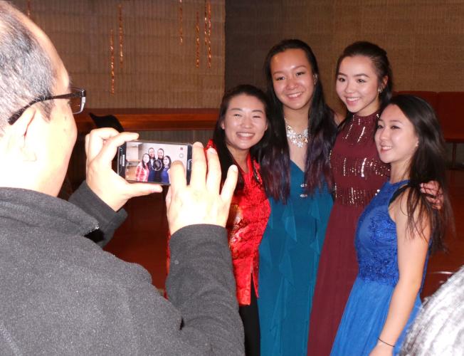 「絲竹春吟」青少年中國器樂音樂會,部分獲獎和演出者在會後合影。(記者唐嘉麗/攝影)