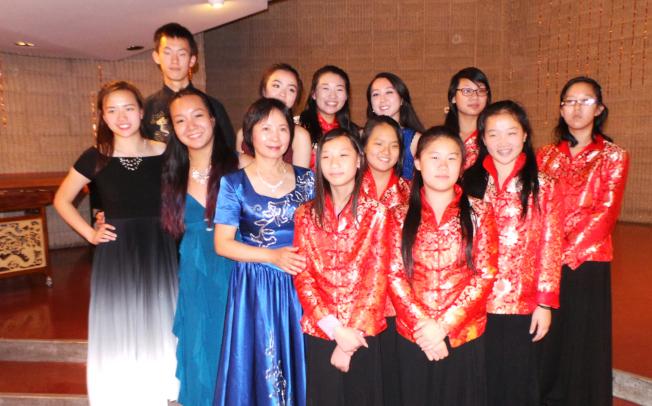 「絲竹春吟」青少年中國器樂音樂會,揚琴老師李平(前左三)與學生們在會後合影。(記者唐嘉麗/攝影)