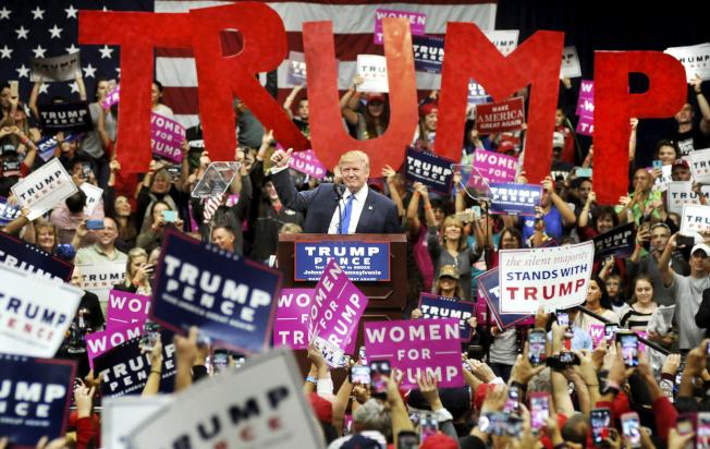距離投票日剩兩個星期多,川普加緊造勢,希望贏回頹勢, 21日川普在賓州競選,民眾舉標語支持。 (美聯社)