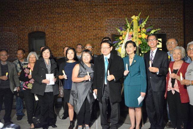 出席儀式的嘉賓與華美博物館榮譽館長鄭舒蘭(左三)合影。(記者莊婷/攝影)