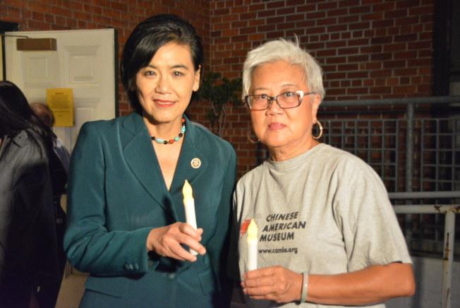 出席默禱儀式的聯邦眾議員趙美心(左)與華美博物館前館長阮桂銘(右)合影。(記者莊婷/攝影)