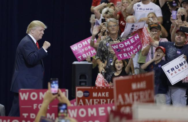 在距離大選投票不到10天,兩黨選民相繼歸隊,使柯林頓領先差距逐漸縮小。「10月驚奇」,更大幅提高川普的勝算。圖為川普29日在亞州鳳凰城競選。(美聯社)