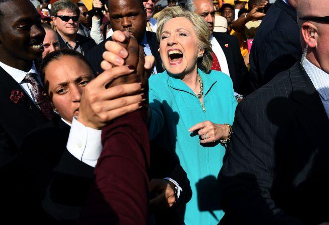 在距離大選投票不到10天,兩黨選民相繼歸隊,使柯林頓領先差距逐漸縮小。「10月驚奇」,更大幅提高川普的勝算。圖為柯林頓29日在佛州競選。 (美聯社)