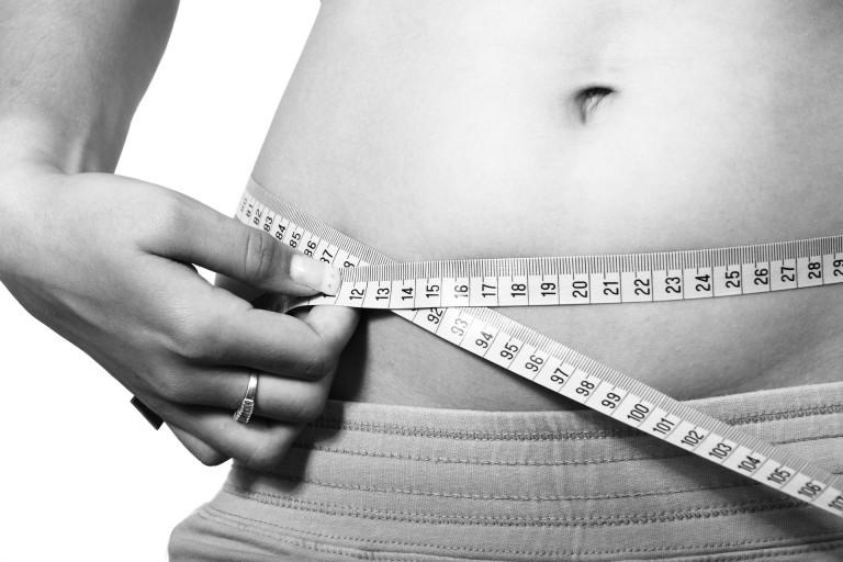 體重過重,經常增加身體關節的負擔。(Pixabay)