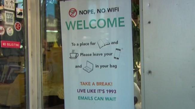 書店老闆貼在門窗上的告示。(圖/Twitter)