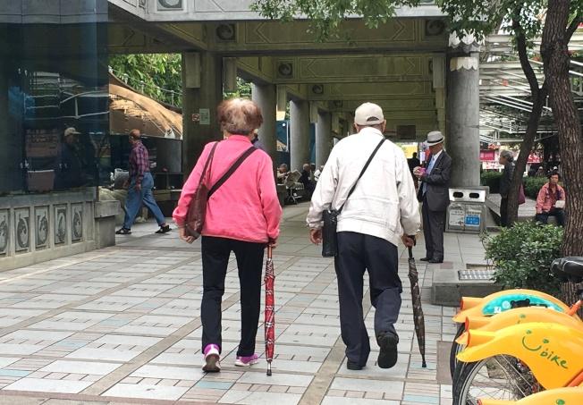 醫師指出,中老年人走路速度變慢,可能是肌少症的警訊。記者江慧珺/攝影