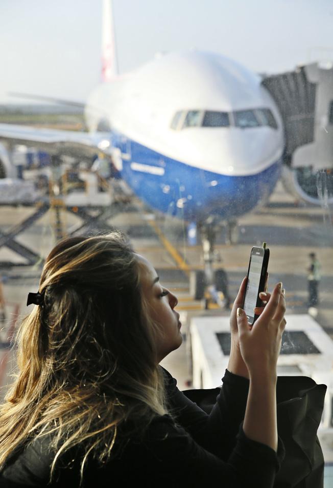 隨著手機和平板越來越普及,使用行動裝置上網的人越來越多。今年10月全球各市場的行動平台上網流量已經正式超越桌上型電腦平台。(本報資料照片)
