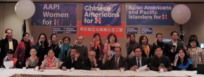 「華裔挺希拉里」和「婦女志工團」團隊紛紛拿起電話為柯林頓電話催票。(記者朱蕾/攝影)