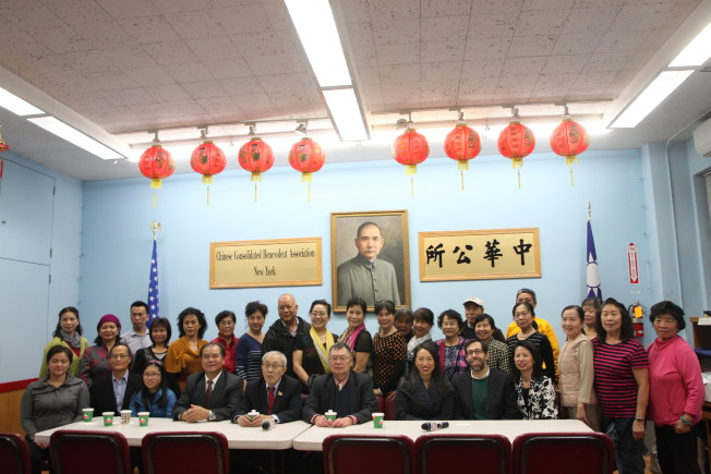 中華公所主席蕭貴源(前排左五)及聯成公所、台山寧陽會館呼籲社區民眾積極投票。(記者許雅鈞/攝影)