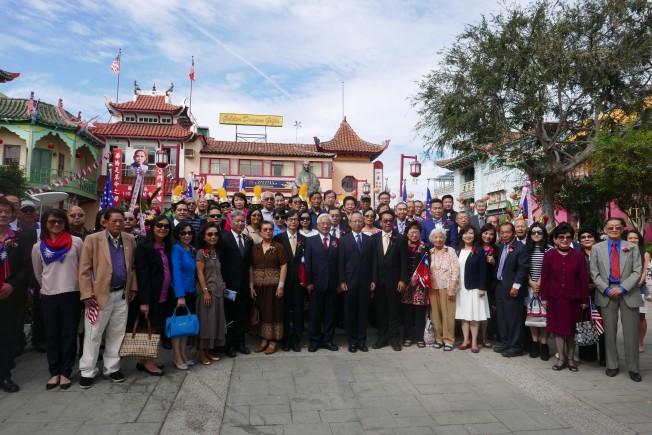 近兩百名海外僑胞在華埠孫中山銅像前獻花致敬。(記者李雪/攝影)