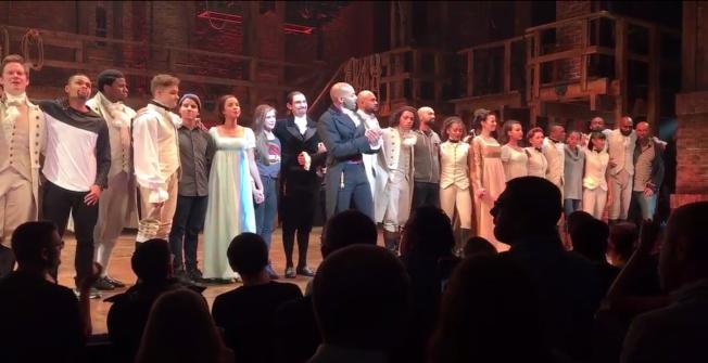 副總統當選人潘斯18日晚上觀賞百老匯音樂劇「漢密爾頓」,演員謝幕時突然加上劇碼,建議新政府維持美國的價值。(美聯社)