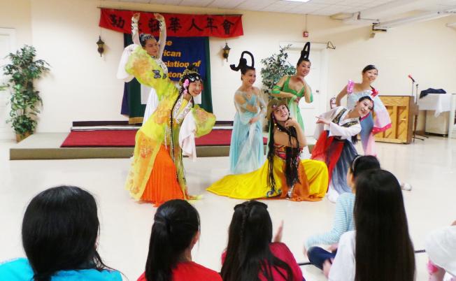 東方舞蹈團員為勒星頓華人協會年會表演「民族舞串燒」。(記者唐嘉麗/攝影)