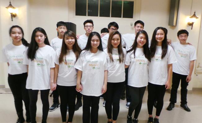 12位勒星頓高中華裔學生組成的「亞洲音樂俱樂部」,在勒星頓華人協會年會中表演歌唱。(記者唐嘉麗/攝影)