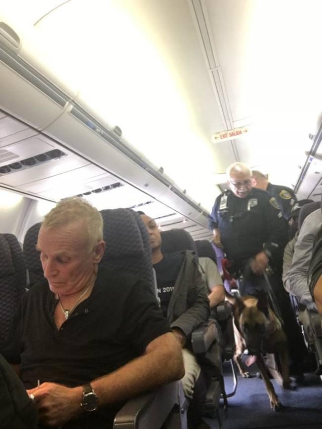 休士頓喬治布希機場發生一名旅客不等飛機停穩,打開座位旁逃生門跳下飛機的事件,導致警察與警犬登機調查。(取材自Cathy Cole臉書)</p> <p>