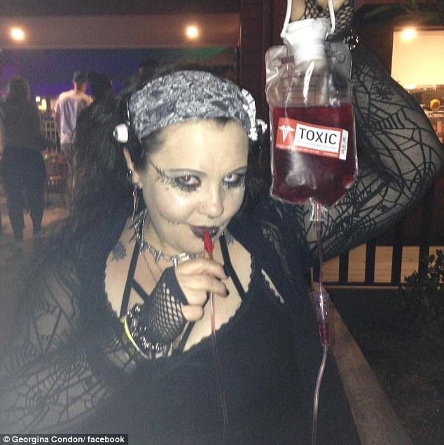 「喝血帶給我高潮!」澳洲白人女子每週喝男友血
