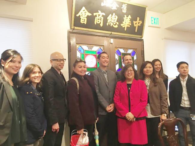 舊金山衛生局環境衛生組組長張春華(右四)率十名餐館衛生檢查員,到中華總商會講解餐館衛生規定。(記者李秀蘭/攝影)