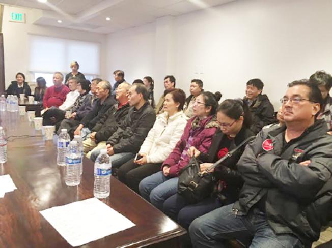 華埠各著名中餐館的老闆參加講座,聆聽衛生檢查員的詳細報告。(記者李秀蘭/攝影)