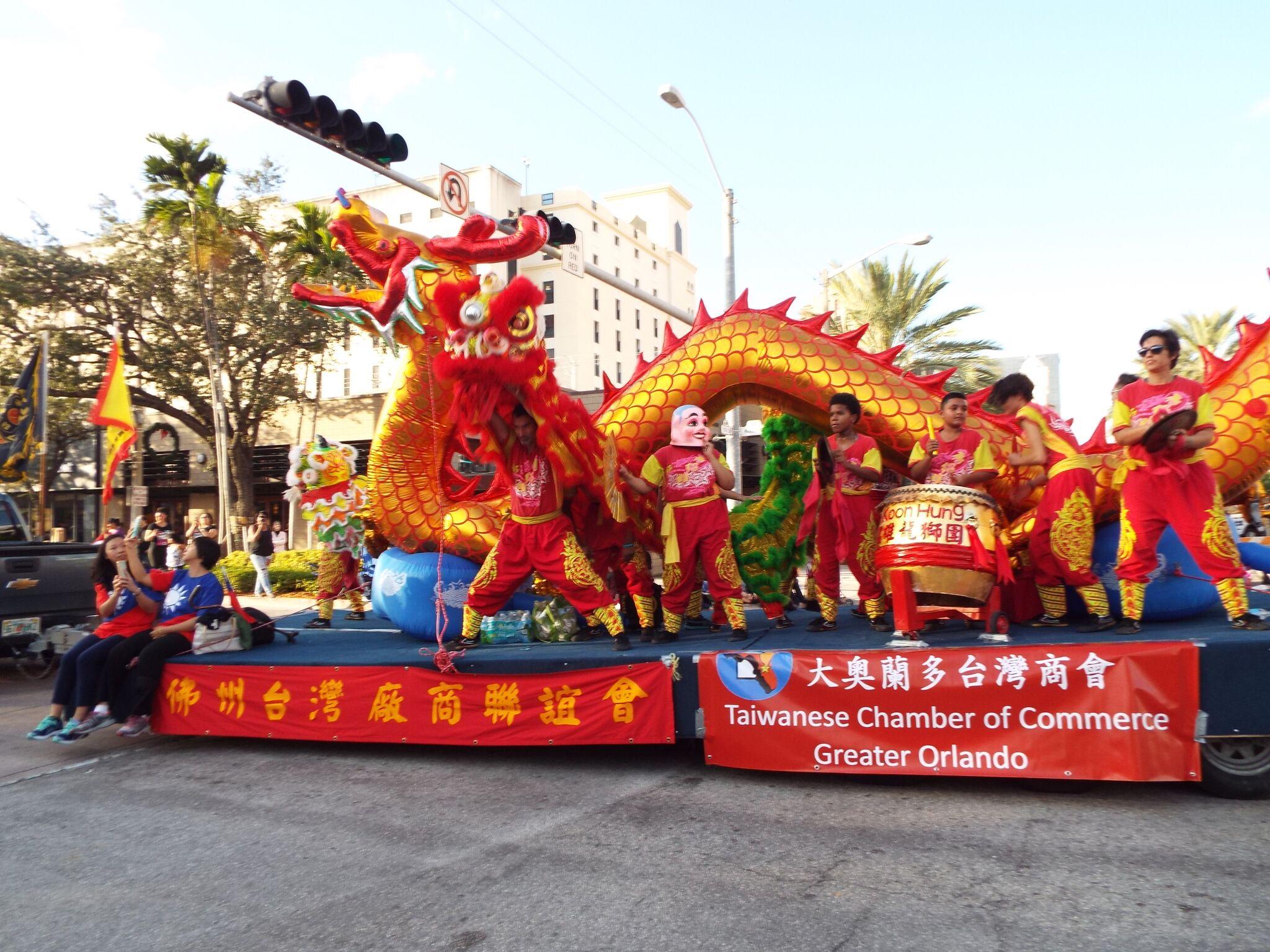 舞獅團在金龍花車上及旁邊路上沿途表演,很受歡迎。(孫博先提供)