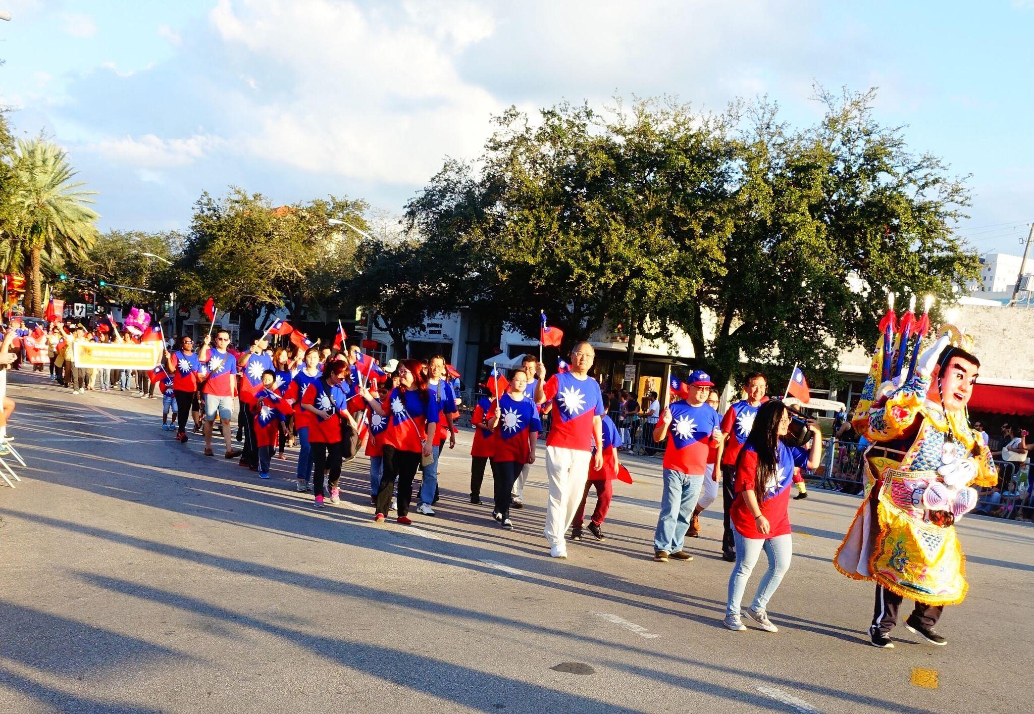 橘子杯大遊行華裔隊伍,三太子威風開路,中為駐邁經文處、其後為國際佛光會邁阿密協會隊伍。(孫博先提供)