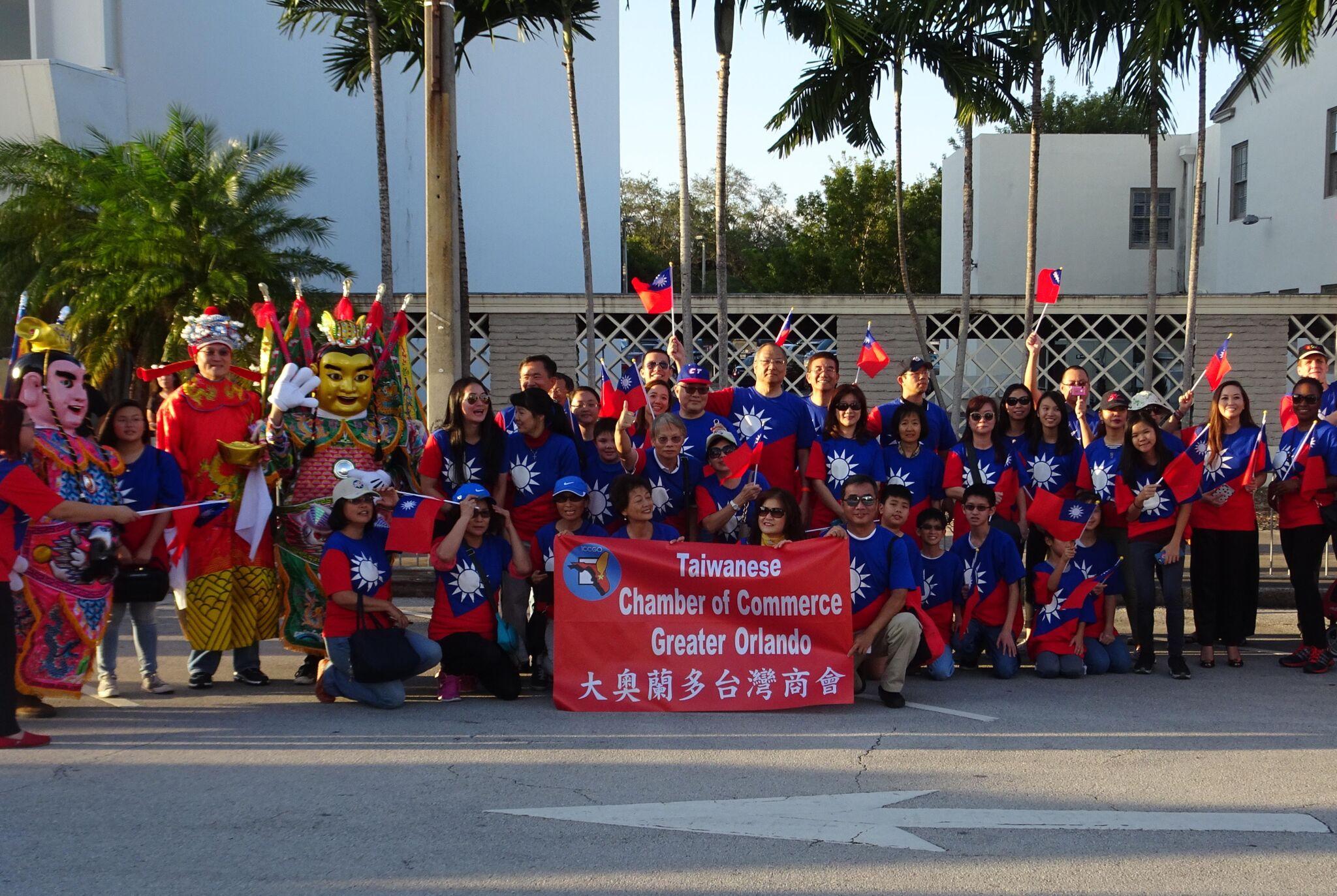 參加橘子青年杯大遊行的大奧蘭多台灣商會和其他社團人員合影。(孫博先提供)