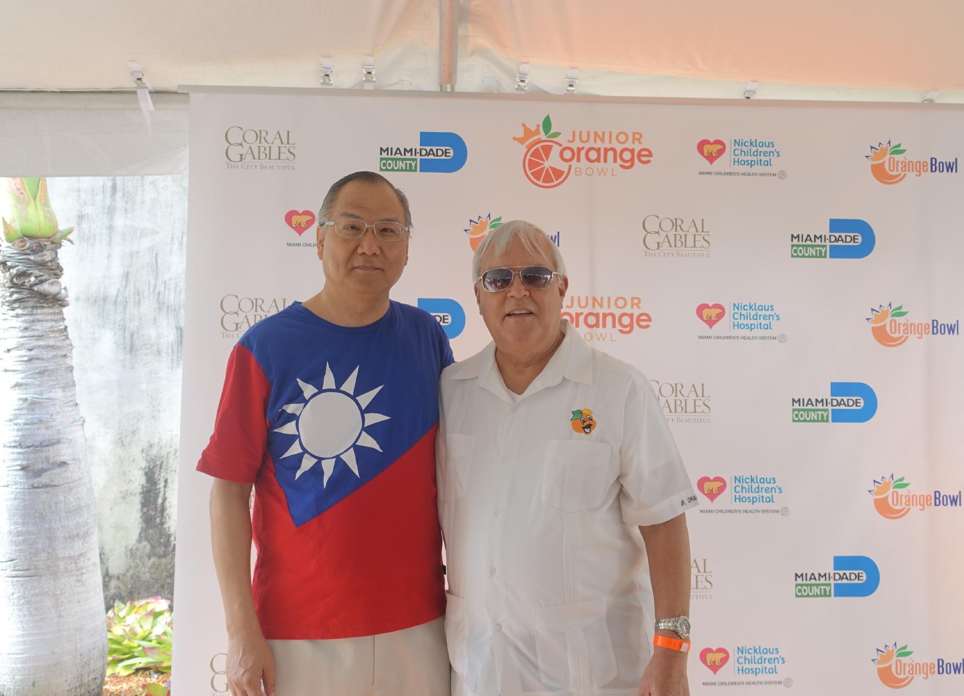 駐邁阿密台北經文處處長王贊禹(左)與珊瑚閣市長卡森(Jim Cason)合影。(孫博先提供)
