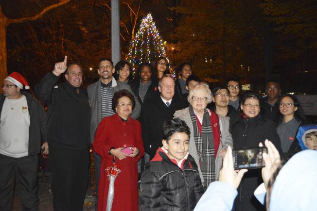 艾姆赫斯特第二屆點燈儀式於1日在百老匯街舉行。(記者俞姝含/攝影)